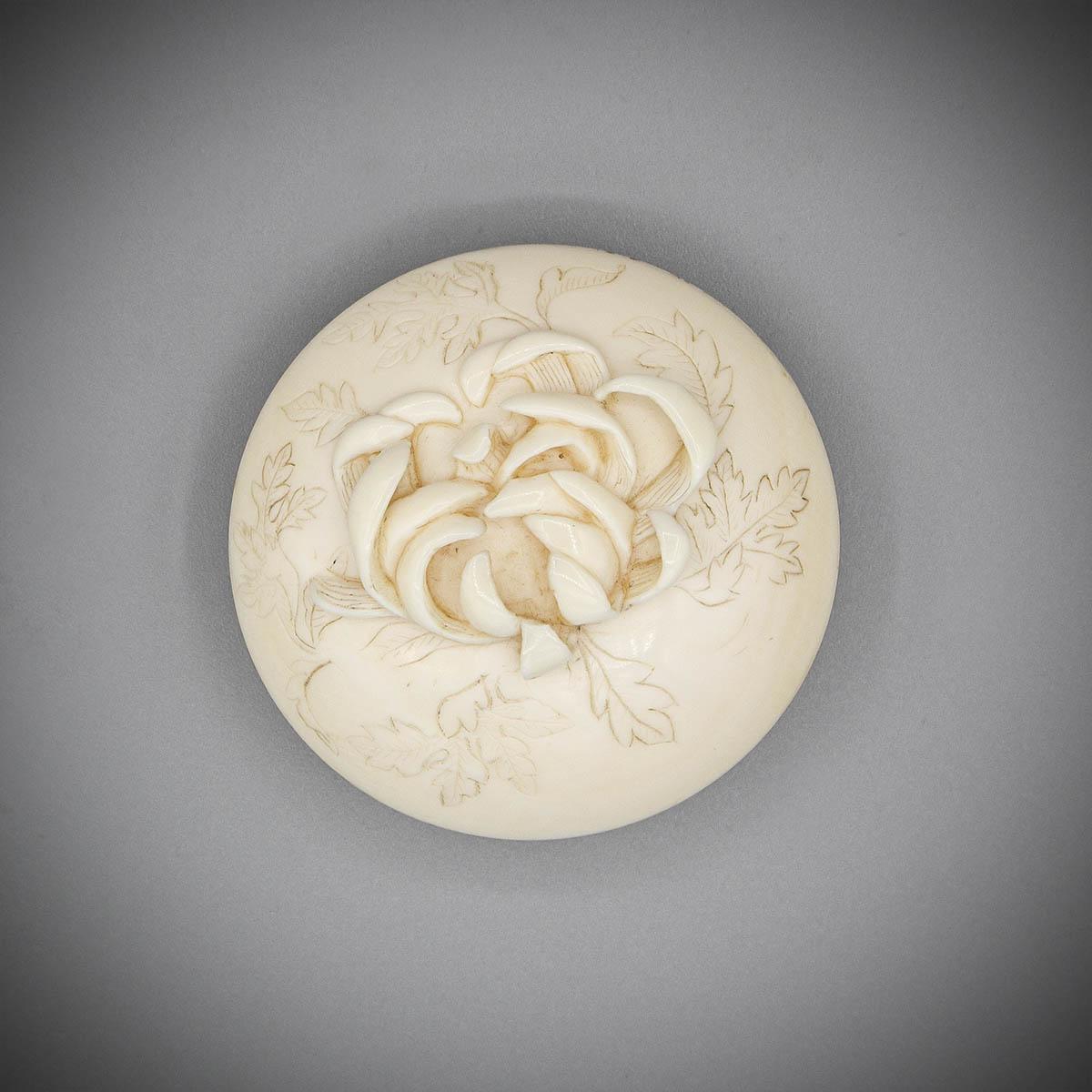 Ivory Two Part Manju with Spider Chrysanthemum MR3537_v.1-2